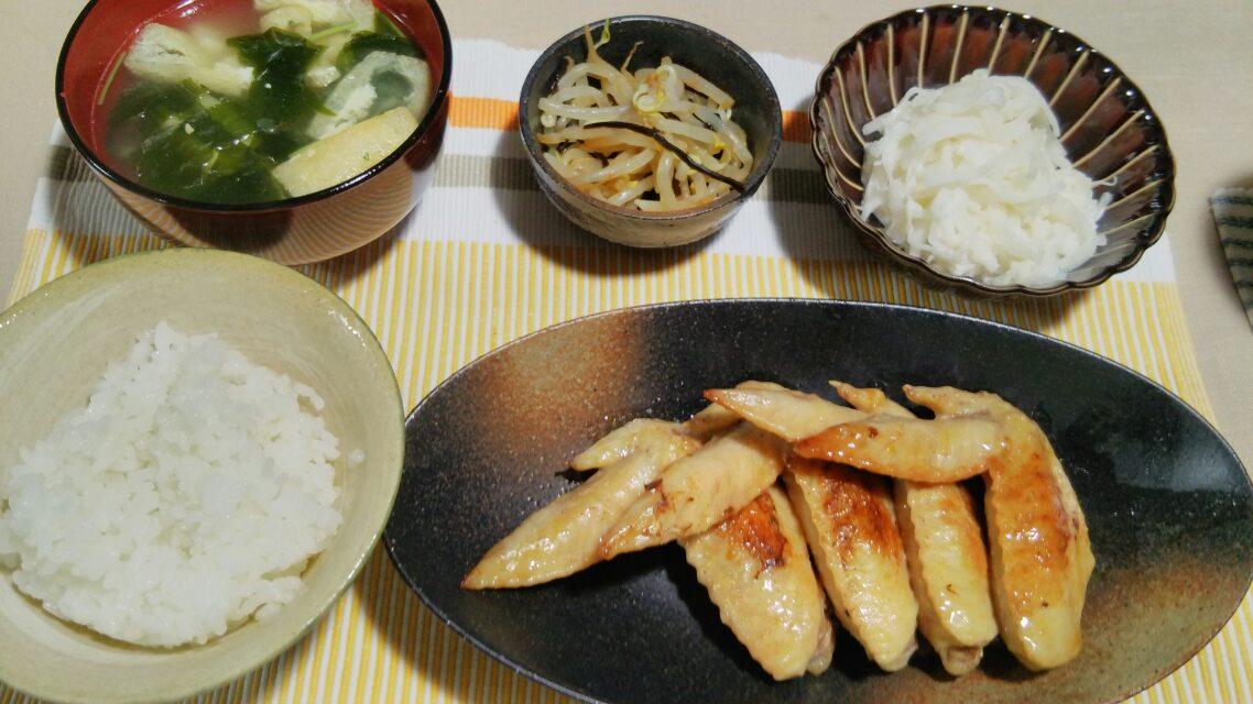 手羽先の塩バター煮、焼き魚など